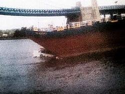 Duck boat hit by barge in Philly......-bilde%5B1%5D.jpg