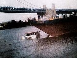 Duck boat hit by barge in Philly......-bilde%5B2%5D.jpg