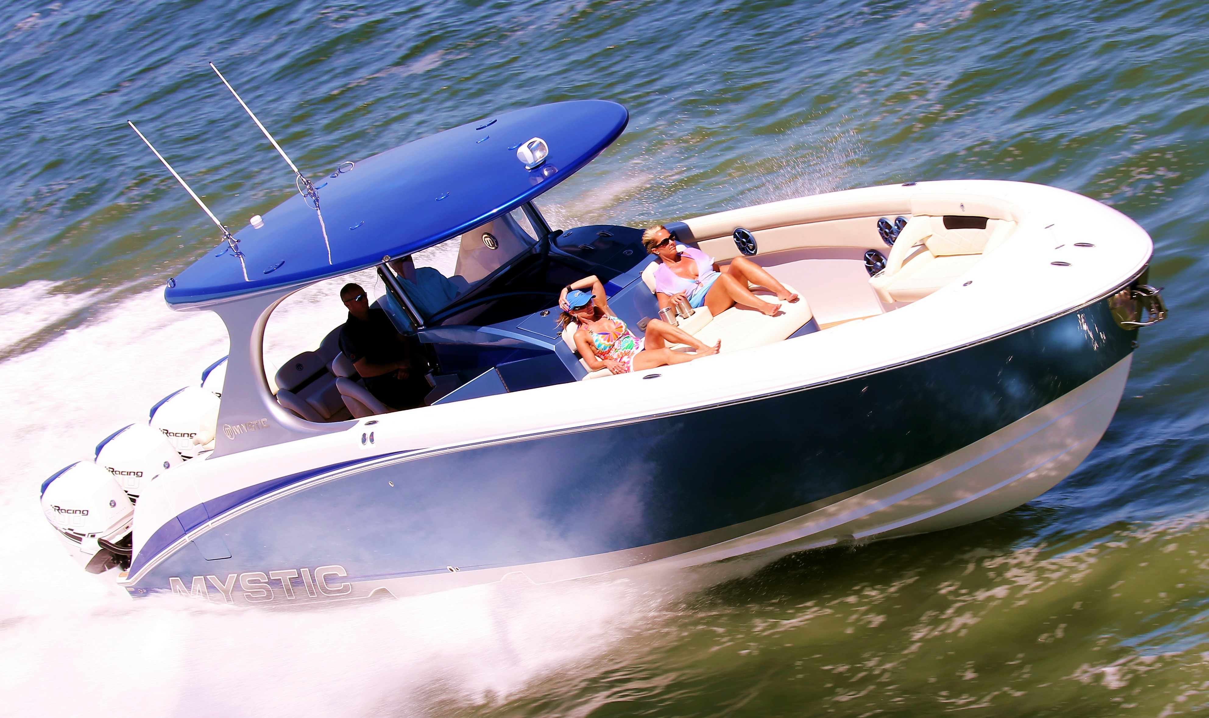 With the 2015-2016 season behind them, Fort Myers Offshore club members can now focus on their own boating seasons. Photo by Pete Boden/Shoot 2 Thrill Pix. (https://www.facebook.com/Shoot-2-Thrill-Pix-130528070292399/?fref=ts)